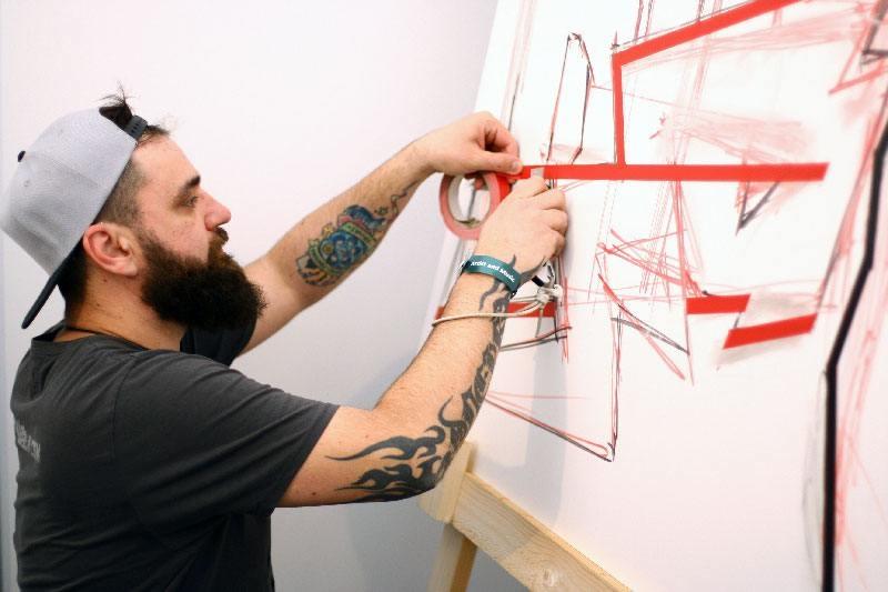 Tape Artist Slava Ostap Osinski bei der Arbeit
