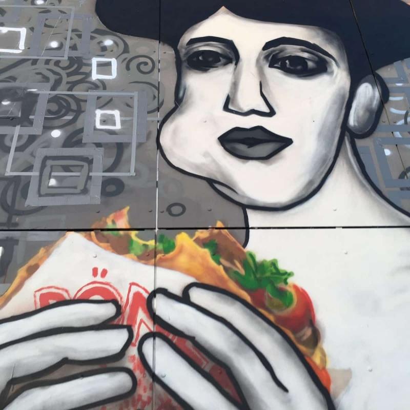 Portrait von Adele Bloch-Bauer mit Döner Kebab- Street Art Kunstwerk - Selfmadecrew- Abhörstation- Berlin-Teufelsberg 2016-Nahaufnahme 4