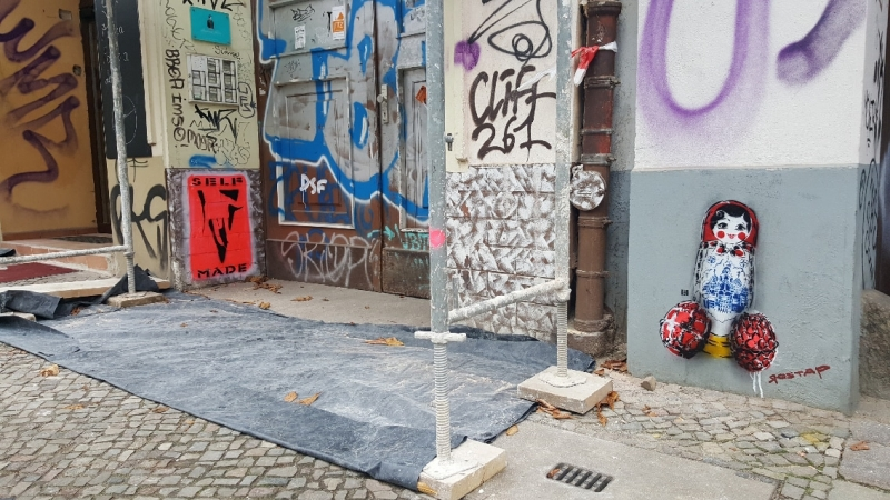 Bild 2- Matroschka- Street Art von Ostap- Kastanienallee- Berlin 2016