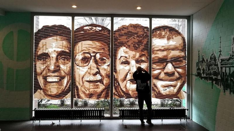 Selfmadecrew Künstler Gomez- fertiges Tape Kunstwerk im Seniorentreff Foyer