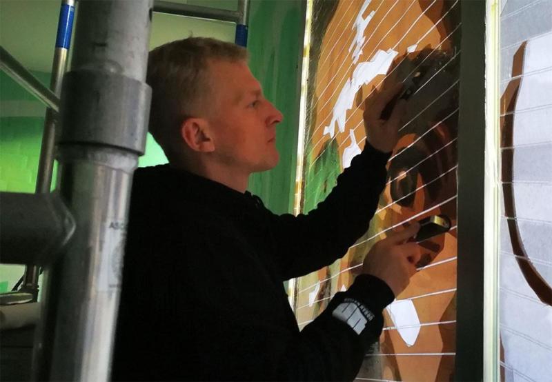 Gomez-Selfmadecrew am Kleben- Street Art Projekt Bülowstraße