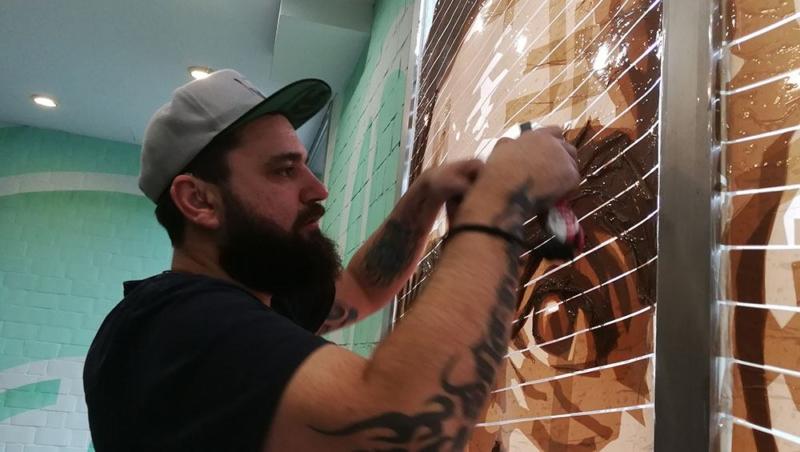Selfmadecrew Gründer Ostap klebt an den Tape Porträts