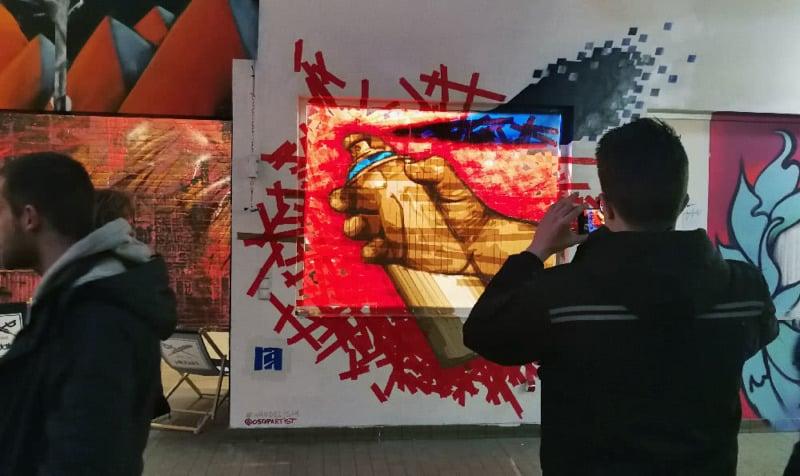 Wandelism Ausstellungseröffnung- Sprühdose mit Klebeband