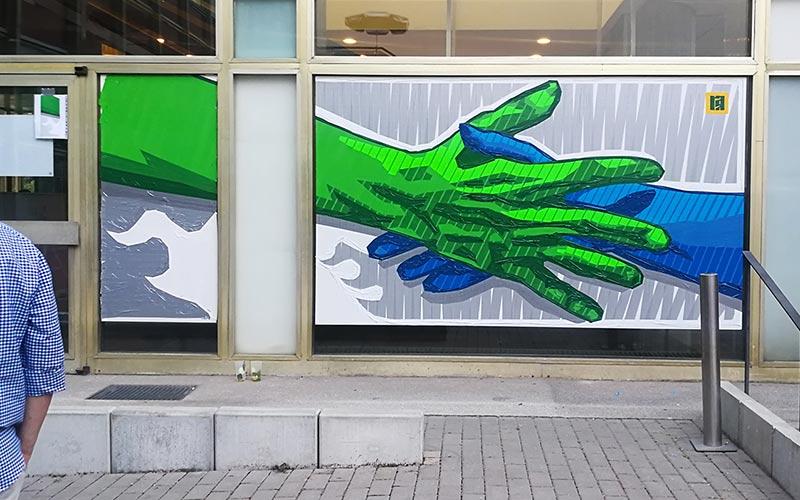 Handschlag Willkommensgruß- Vollendetes Klebeband-Kunstwerk 2 x 5 Meter groß